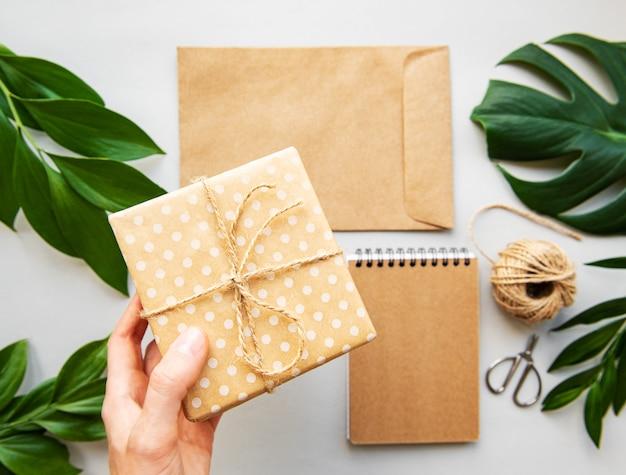 Gift box, envelop en notebook met groene bladeren