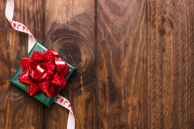 Gift die op het lint van kerstmis ligt