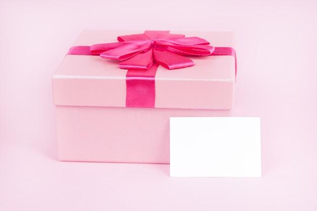 Gift op een roze achtergrond voor valentijnsdag, voor moederdag