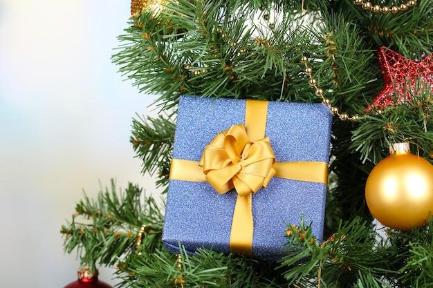 Gift op kerstboom op kamer