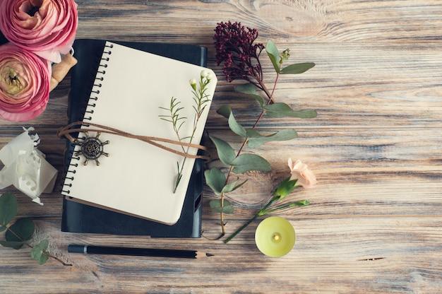 Gift, open notitieboekje en bloemdecor