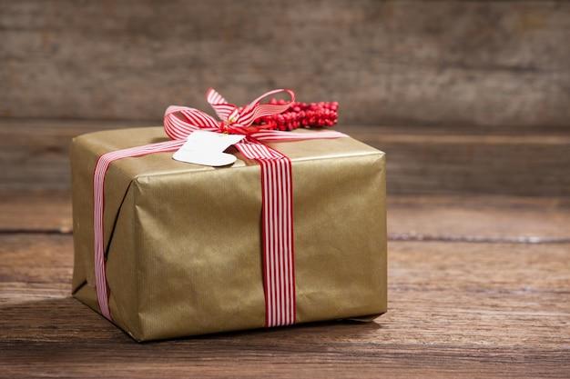 Gift van kerstmis met een rood lint