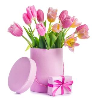 Giftdoos en mooie bloemen op wit