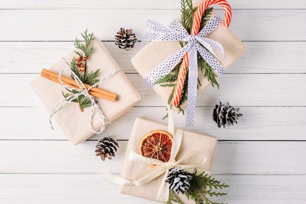 Giftdoos met denneappels en pijpjes kaneel op wit, de hoogste mening van kerstmisdecoratie