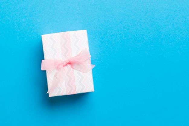 Giftdoos met roze boog voor kerstmis of nieuwjaarsdag op blauwe achtergrond
