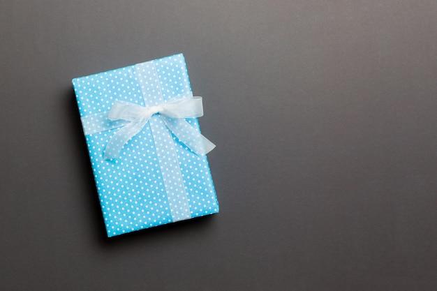 Giftdoos met witte boog voor kerstmis of nieuwjaarsdag op zwarte achtergrond, hoogste mening met exemplaarruimte