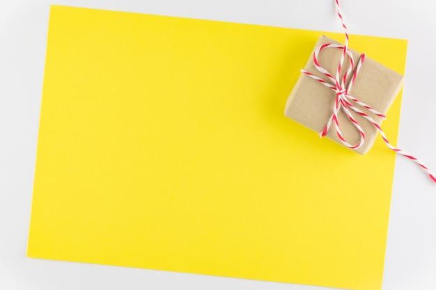 Giftdoos op gele textuurachtergrond, de dag die van de gelukkige valentijnskaart wordt geïsoleerd. vakantie achtergrond