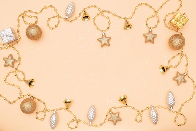 Giftdoos op gouden achtergrond voor verjaardag, kerstmis of huwelijksceremonie