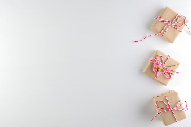 Giftdoos op witte houten textuurachtergrond, de dag die van de gelukkige valentijnskaart wordt geïsoleerd