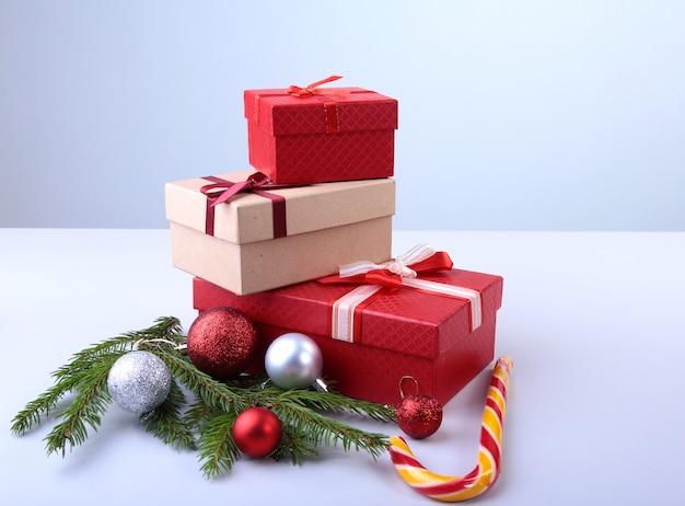 Giftdozen met boog en kerstmisballen op hout. decoratie