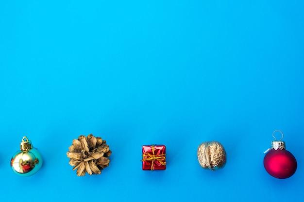 Giften dennenappels kerstboomversiering op blauw