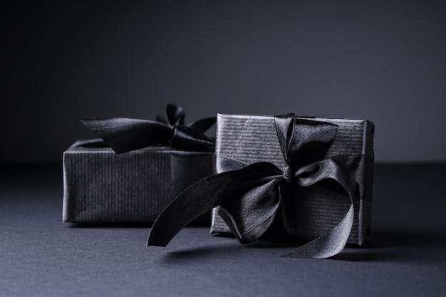 Giften in zwarte geïsoleerde verpakking