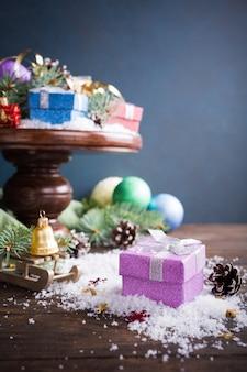 Giften met kerstmisdecoratie op houten caketribune