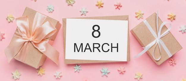 Giften met notitiebrief op geïsoleerde roze achtergrond met snoep, liefde en valentijnskaartconcept met tekst 8 maart
