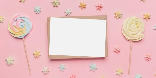 Giften met notitiebrief op geïsoleerde roze achtergrond met snoep, liefde en valentijnskaartconcept