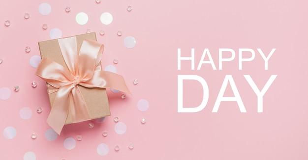 Giften op roze achtergrond, liefde en valentijnskaartconcept met tekst gelukkige dag