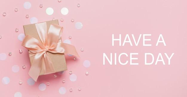 Giften op roze achtergrond, liefde en valentijnskaartconcept met tekst have a nice day