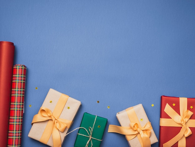 Giften voor kerstmis op blauwe achtergrond en sterren