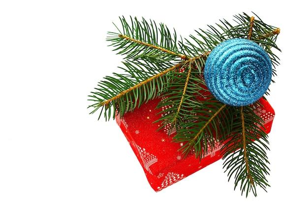 Giftspar en kegels die op witte achtergrond nieuwe jaren en kerstmis worden geïsoleerd