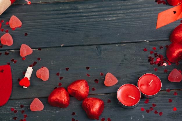 Giftvakje met rode harten op houten lijstachtergrond