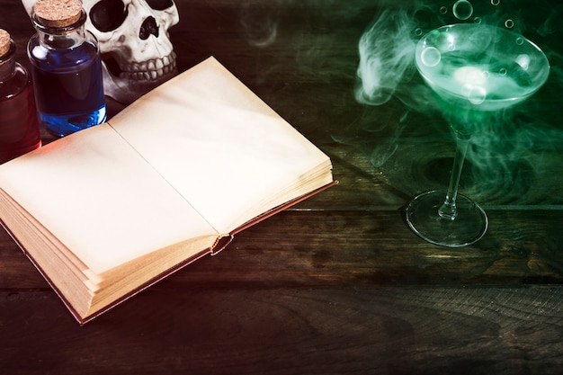 Gifwijnglas en geopend boek