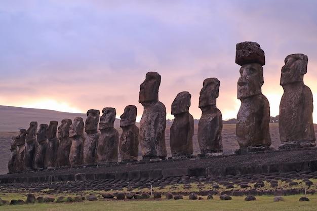 Gigantische 15 moai-standbeelden van ahu tongariki tegen mooie zonsopgang bewolkte hemel, paaseiland, chili