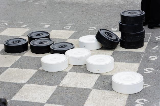 Gigantische schijven op het asfalt. oeljanovsk, rusland.