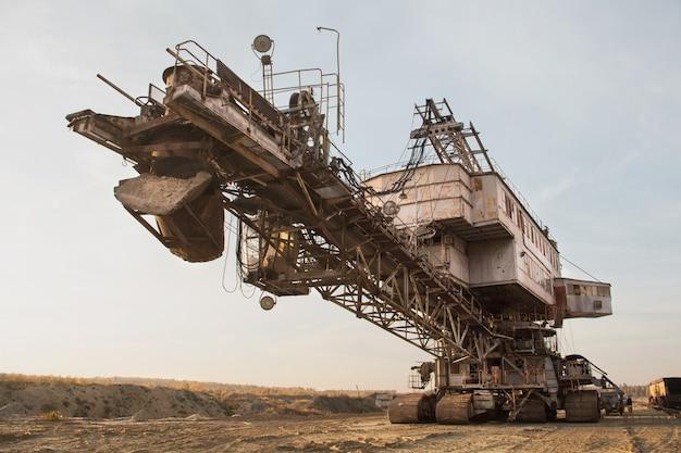 Gigantische stapelaar. emmerkettinggraafmachine in een zandgroeve. behandeling van bulkmateriaal