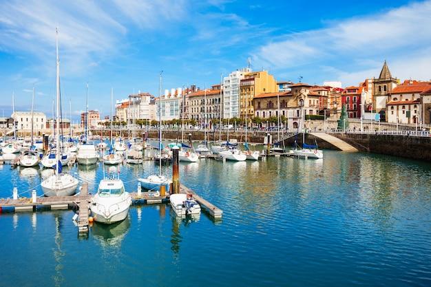 Gijon jachthaven met jachten. gijon is de grootste stad van asturië in spanje.