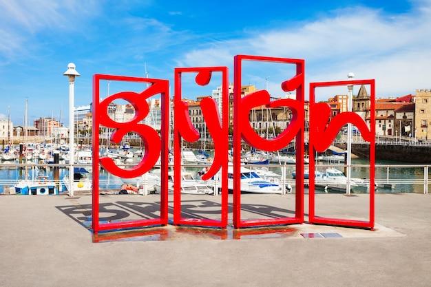 Gijon, spanje - september 25, 2017: gijon symbool rood monument in het centrum van de stad gijon in asturië, spanje