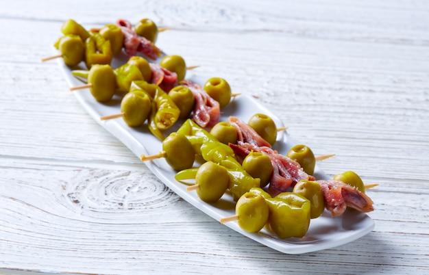 Gilda pinchos met tapas van olijven en ansjovis