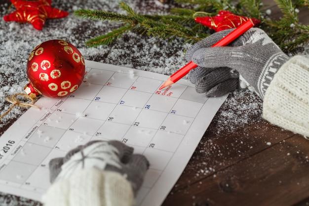 Gils in glowes markeren kalender met kerstdatum
