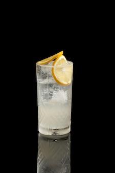Gin fiz rose jasmine cocktail geïsoleerd op een zwarte achtergrond.