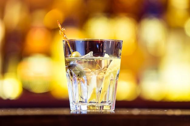 Gin tonic cocktail op de bar. alcoholische drank (dichtbij)