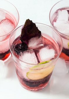 Gin-tonic met bramen en bladeren van paarse basilicum. zomer verfrissende cocktail