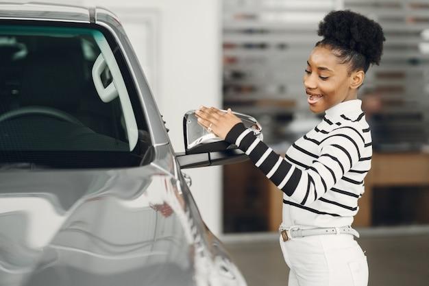 Ging vandaag winkelen. shot van een aantrekkelijke afrikaanse vrouw shooses een auto.