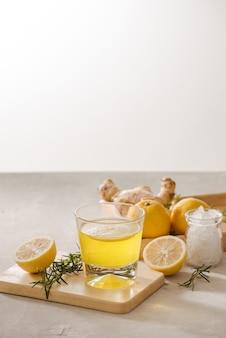 Ginger ale of kombucha in bottle - zelfgemaakte citroen en gember biologische probiotische drank, kopieer ruimte.