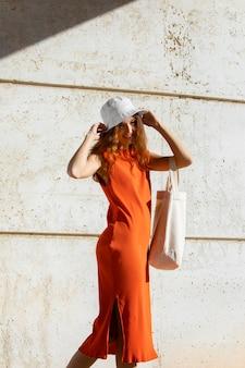 Ginger-vrouw in een schone stedelijke omgeving