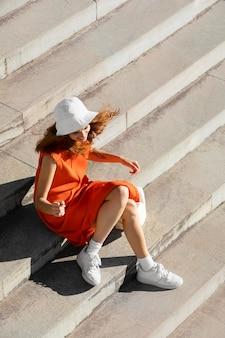 Ginger-vrouw in een schone stedelijke omgeving Gratis Foto