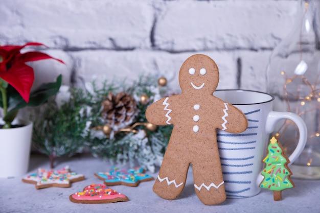 Gingerbread cookie man met andere cookies