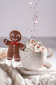 Gingerbread cookie man met een warme chocolademelk