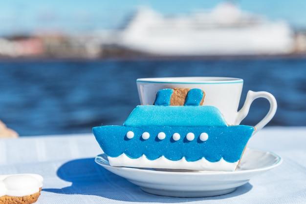 Gingerbread cookies cruiseschip, met koffiekopje