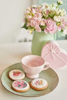 Gingerbreads voor 8 maart in de lichte keuken met bloemen