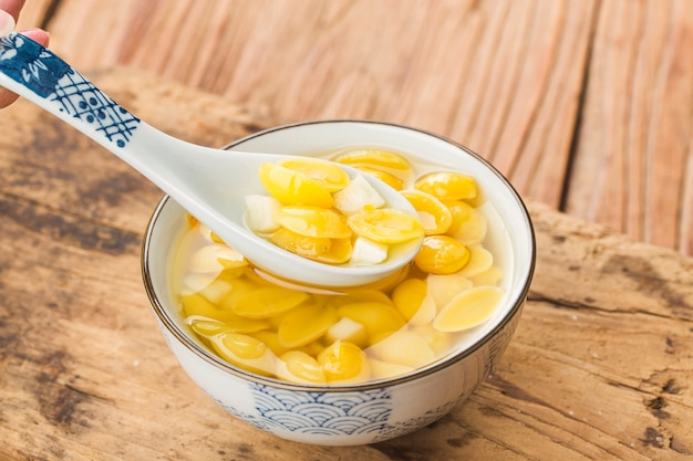 Ginkgo-noten op siroop in witte kom