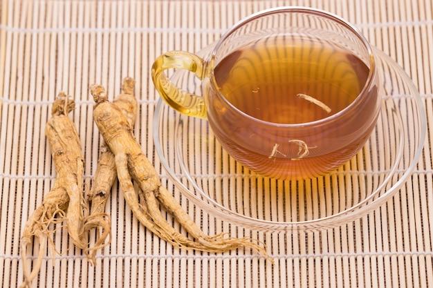 Ginseng-thee en droge ginseng-wortels