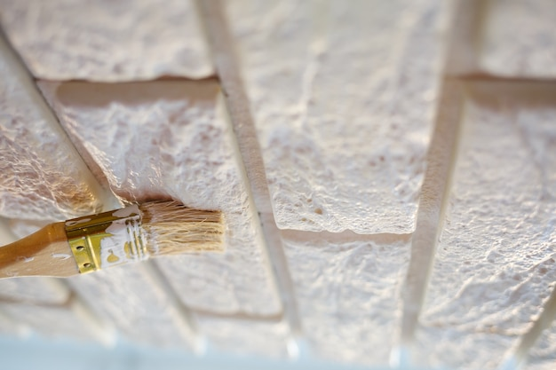 Gips decoratieve baksteen schilderen met witte verf