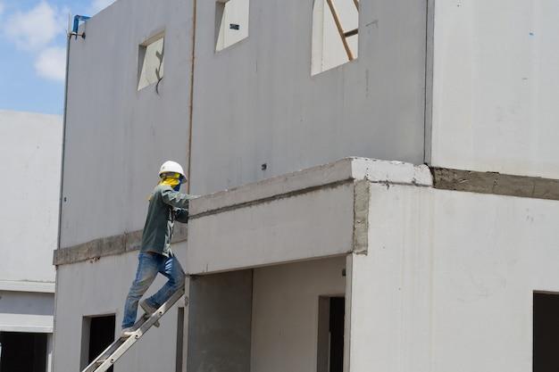 Gips, gebouw huis, werknemer, bouwijzers voor de bouw, beton en uitrusting