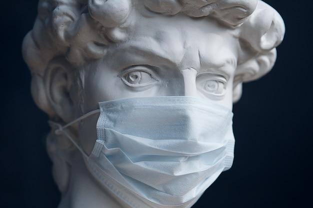 Gips sculptuur in een medisch masker