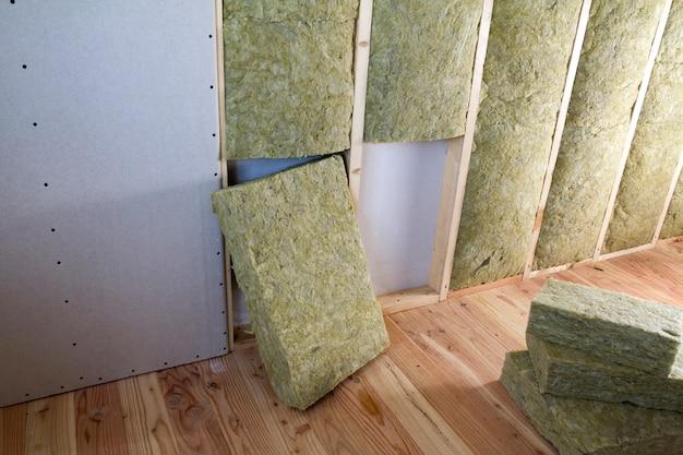 Gipsplaatplaten geïsoleerd met steenwol en glasvezelisolatiepersoneel voor koude barrière.