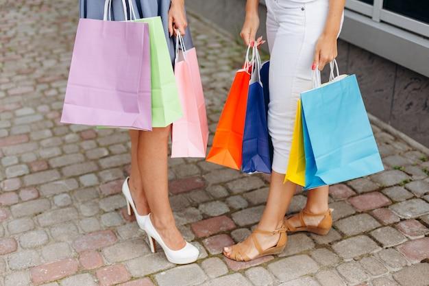 Girks met sexy benen met boodschappentassen
